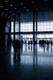 Siluetas de la gente en pasillo moderno Imagen de archivo libre de regalías