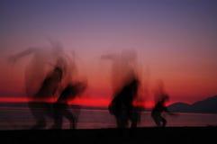 Siluetas de la gente en puesta del sol Fotos de archivo libres de regalías