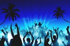 Siluetas de la gente en un concierto al aire libre Imagenes de archivo