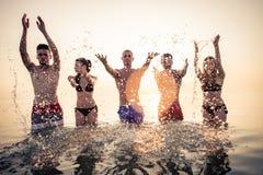 Siluetas de la gente feliz Fotos de archivo libres de regalías