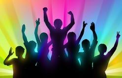Siluetas de la gente feliz con las manos para arriba en fondo del color Fotografía de archivo