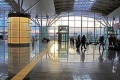 Siluetas de la gente inidentified en el aeropuerto internacional Boryspil en Kyiv, Ucrania Imagenes de archivo