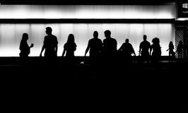 Siluetas de la gente joven en cerca Imagen de archivo libre de regalías