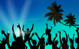 Siluetas de la gente joven que celebra en una playa Fotografía de archivo libre de regalías