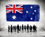 Siluetas de la gente que mira la bandera australiana Imagenes de archivo