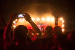 Siluetas de la gente y de músicos Foto de archivo libre de regalías