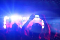 Siluetas de la gente y de músicos Fotos de archivo libres de regalías