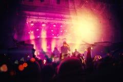 Siluetas de la gente y de músicos en etapa grande del concierto Fotografía de archivo