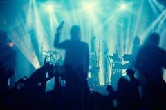 Siluetas de la gente y de músicos en etapa grande del concierto Foto de archivo libre de regalías