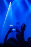 Siluetas de la gente y de músicos en etapa grande del concierto Foto de archivo