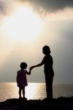 Siluetas de la madre y de la hija Foto de archivo libre de regalías