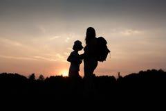 Siluetas de la mamá y de la hija Fotos de archivo libres de regalías