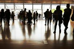 Siluetas de la muchedumbre en la entrada principal del centro de convenio imagenes de archivo