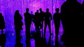 Siluetas de la muchedumbre en un fondo abstracto Cámara lenta almacen de video