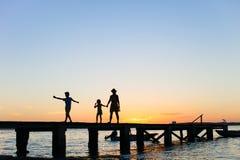 Siluetas de la puesta del sol de la familia Foto de archivo libre de regalías