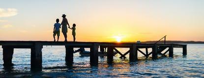 Siluetas de la puesta del sol de la familia Fotografía de archivo libre de regalías
