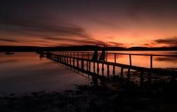 Siluetas de la puesta del sol del verano en el embarcadero de Kincumber Imagen de archivo libre de regalías