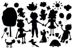 Siluetas de la vida del niño lindo incluyendo los animales domésticos, juguetes, plantas Foto de archivo