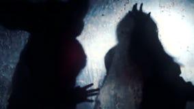 Siluetas de las bestias asustadizas que estiran las manos hacia víctima, pesadilla asustadiza almacen de metraje de vídeo