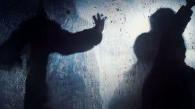 Siluetas de las bestias enojadas que agitan las patas en oscuridad, criaturas sobrenaturales salvajes almacen de video
