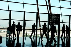 Siluetas de las hojas de ruta (traveler) en el aeropuerto Imagenes de archivo