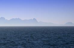 Siluetas de las islas de Lofoten en la niebla Imágenes de archivo libres de regalías