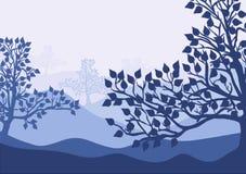 Siluetas de los árboles de abedul en fondo de descoloramiento del paisaje Bosque azul Fotografía de archivo libre de regalías