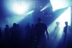 Siluetas de los adolescentes de un baile Foto de archivo libre de regalías