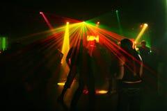 Siluetas de los adolescentes del baile Fotos de archivo