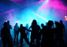 Siluetas de los adolescentes del baile Imágenes de archivo libres de regalías