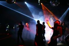 Siluetas de los adolescentes del baile Imagen de archivo