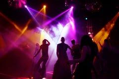 Siluetas de los adolescentes del baile Foto de archivo libre de regalías