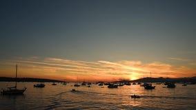 Siluetas de los barcos y de los yates que flotan en las ondas del océano almacen de video