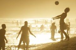 Siluetas de los brasileños que juegan la puesta del sol de Altinho Ipanema Fotos de archivo