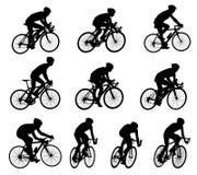 siluetas de los ciclistas de la raza Foto de archivo libre de regalías