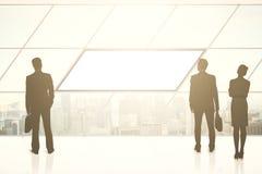 Siluetas de los empresarios y bandera en blanco Foto de archivo libre de regalías