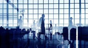 Siluetas de los hombres de negocios que caminan dentro de la oficina Imagenes de archivo