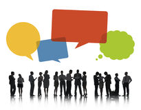 Siluetas de los hombres de negocios que discuten con las burbujas del discurso foto de archivo libre de regalías