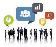 Siluetas de los hombres de negocios que discuten establecimiento de una red social Imagen de archivo