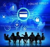 Siluetas de los hombres de negocios que tienen una reunión y un fraude en línea Foto de archivo