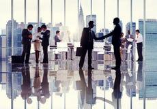 Siluetas de los hombres de negocios que trabajan en un edificio de oficinas Fotografía de archivo