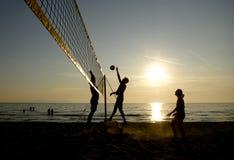 Siluetas de los jugadores de voleibol de playa Imagen de archivo libre de regalías