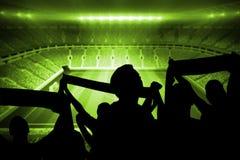 Siluetas de los partidarios del fútbol Imagenes de archivo