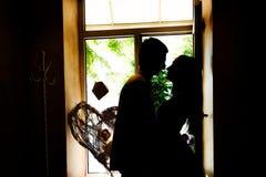 Siluetas de los recienes casados en el café imagenes de archivo
