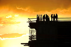 Siluetas de los trabajadores de construcción imagen de archivo libre de regalías