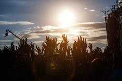 Siluetas de manos en el festival de música del aire libre Fotografía de archivo libre de regalías