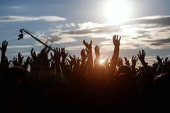 Siluetas de manos en el festival de música del aire libre Fotografía de archivo