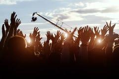Siluetas de manos en el festival de música del aire libre Fotos de archivo libres de regalías