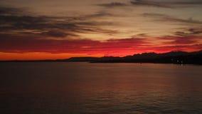 Siluetas de montañas contra el cielo en la puesta del sol metrajes