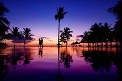 Siluetas de pares jovenes en la puesta del sol escénica fotos de archivo libres de regalías